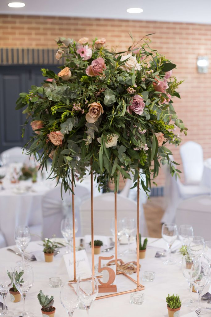 Disky pink wedding, tall tablecentre, foliage wedding